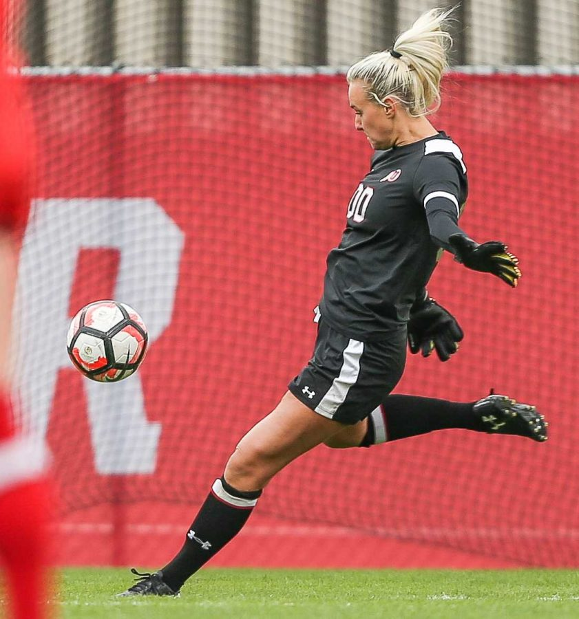 Carly Nelson (00) punts the ball during the Utes Womens soccer tied game versus the University of Southern California at Ute Soccer Field in Salt Lake City, UT on Saturday, September 23, 2017.  (Photo by Cassandra Palor/ Daily Utah Chronicle)