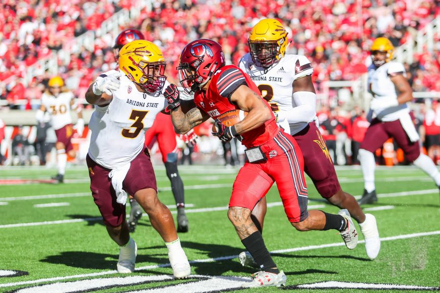 Senior+running+back+Troy+McCormick+Jr.+%284%29+runs+as+the+Utah+Utes+take+on+Arizona+State+at+Rice-Eccles+Stadium+in+Salt+Lake+City%2C+UT+on+Saturday%2C+Oct.+21%2C+2017.%0A%0A%28Photo+by+Curtis+Lin%2F+Daily+Utah+Chronicle%29