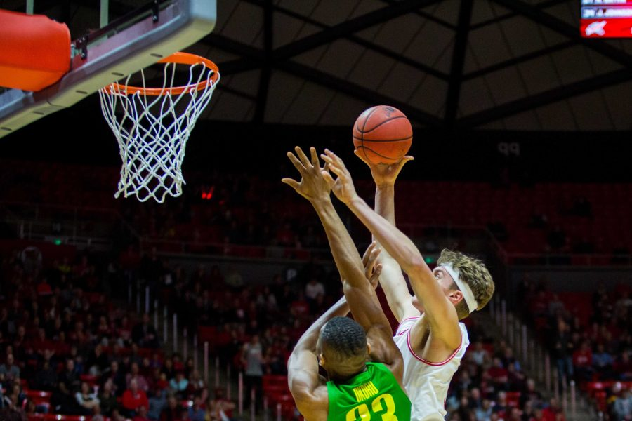 University+of+Utah+junior+forward+Jayce+Johnson+%2834%29+scored+over+an+Oregon+defender+in+an+NCAA+Men%27s+Basketball+game+vs.+the+University+of+Oregon+at+Jon+M.+Huntsman+Center+in+Salt+Lake+City%2C+UT+on+Thursday+January+31%2C+2019.%0A%0A%28Photo+by+Curtis+Lin+%7C+Daily+Utah+Chronicle%29