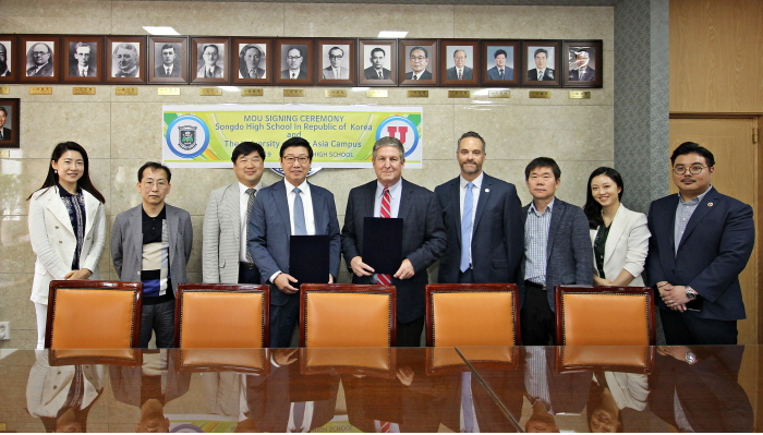 UAC+Administrations+and+Admissions+officers+pose+with+officials+of+Songdo+High+School+after+MOU+Signing+Ceremony.+%28Courtesy+of+UAC%29