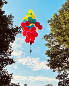 Magician and endurance performer David Blaine floating away in preparation for balloon stunt. (Courtesy YouTube)