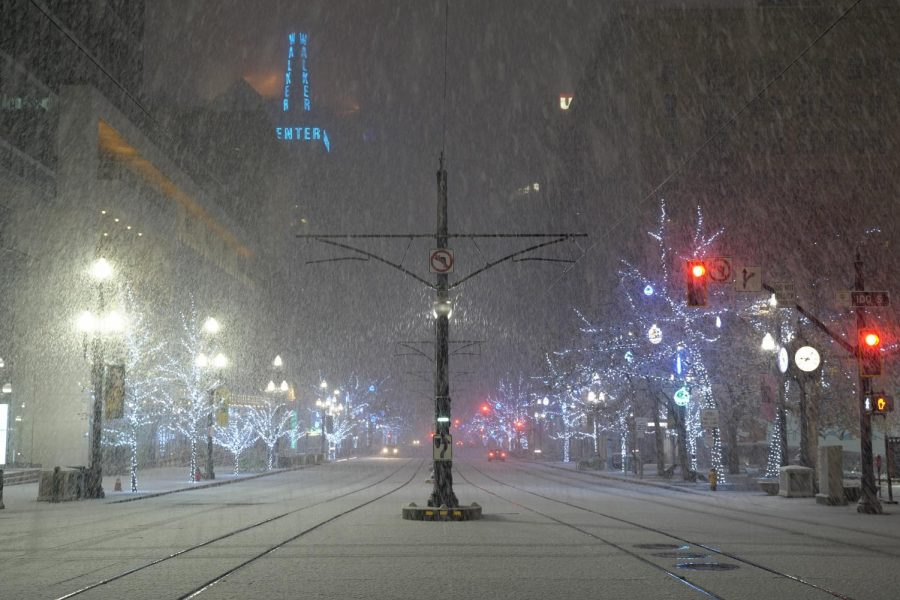 Snowfall at the downtown Salt Lake City on a Christmas night on Dec. 25, 2018 (Photo by Abu Asib | The Daily Utah Chronicle)