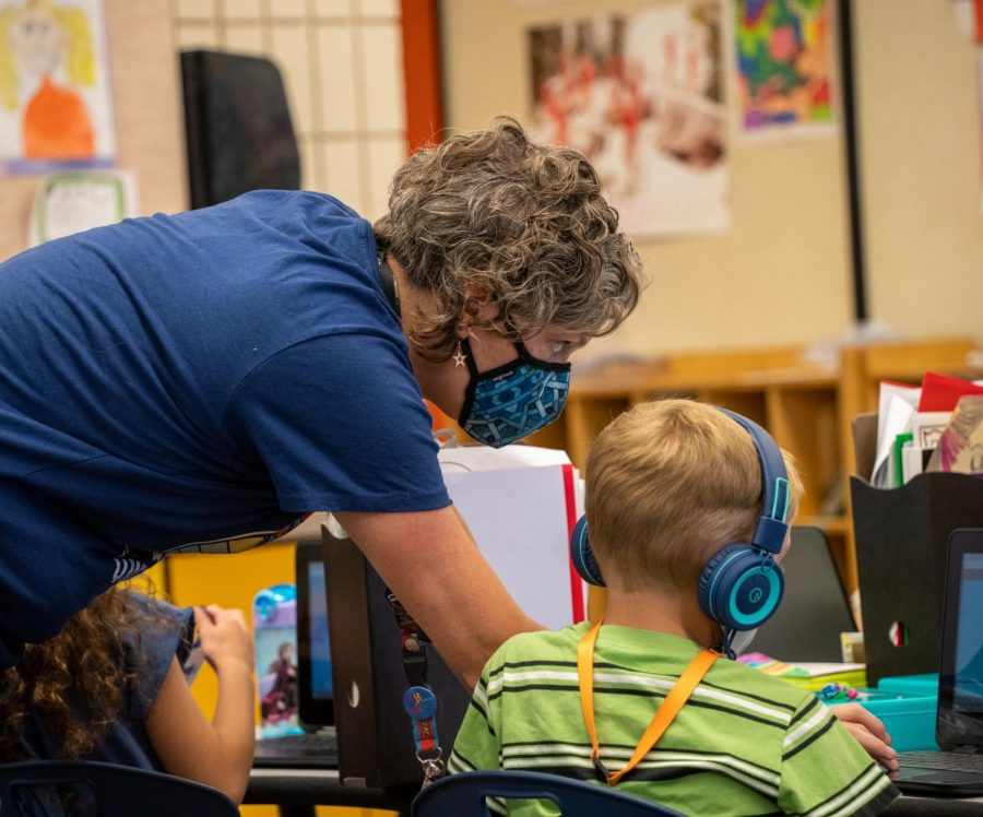 Teacher, Sarah Machol helps a student in Wasatch Elementary School, Salt Lake City, Utah on Sept. 17th, 2021. (Photo by Xiangyao Axe Tang   The Daily Utah Chronicle)